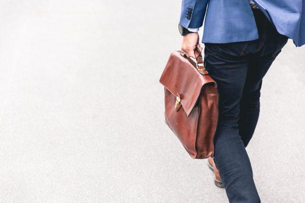 Työntekijän irtisanominen tai lomautus: Miten päätän työsuhteen?